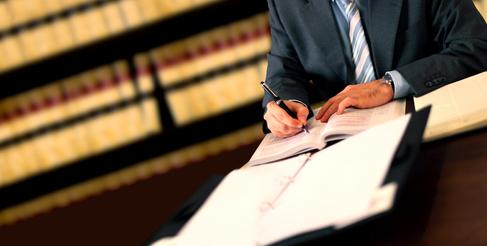 עורך דין כותב את האליבי של הנאשם